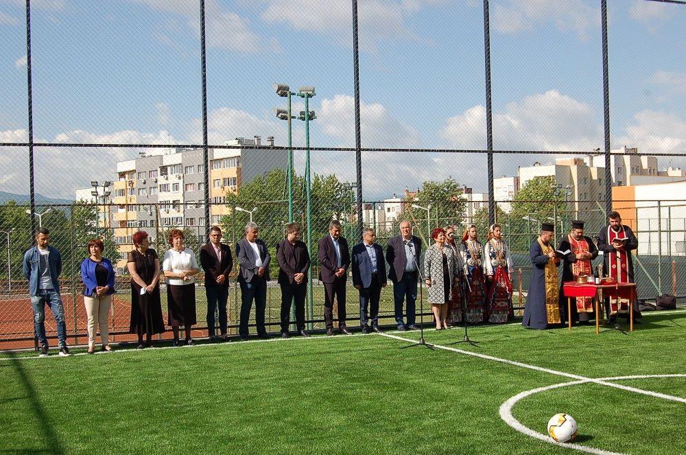 Ново футболно игрище в двора на Осмо СУ - голяма снимка