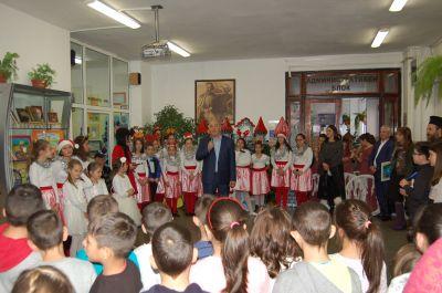 """Коледен базар - """"Благословена е ръката, която дарява"""" - Осмо (8) СУ Арсени Костенцев - Благоевград"""